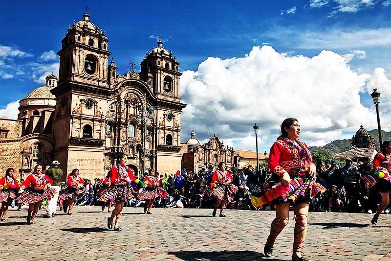 Frauen, die auf dem Hauptplatz von Cusco Gruseltänze zeigen