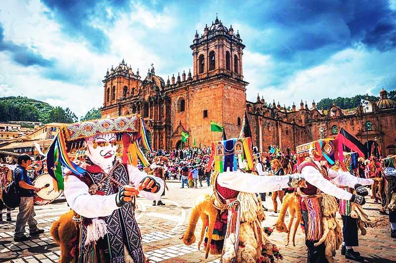Bailarines festejando en la fiestas del Cusco Plaza de Armas