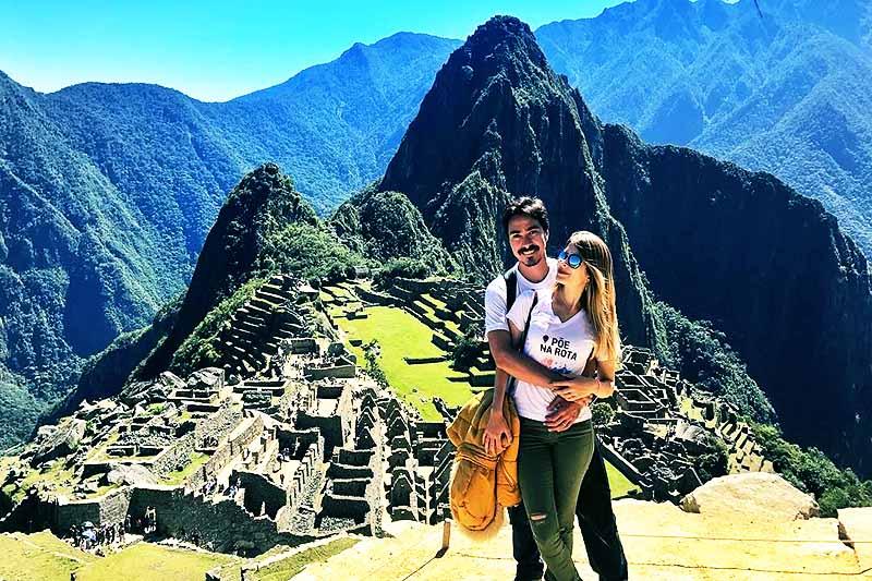 Pareja de esposos pasando su luna de miel en Machu Picchu