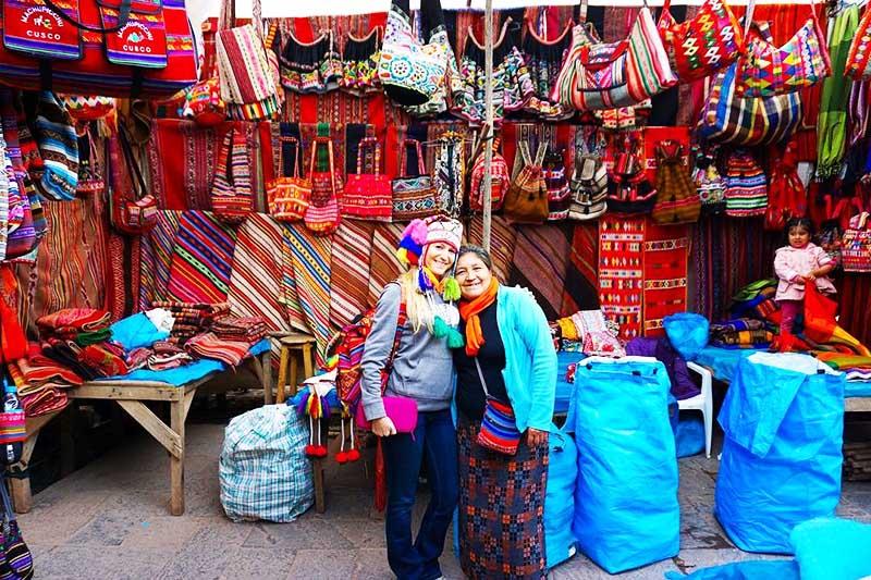 Turista en el pintoresco mercado de Pisac