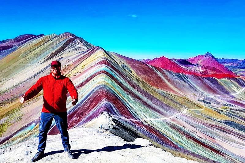 Turista en la montaña de los 7 colores