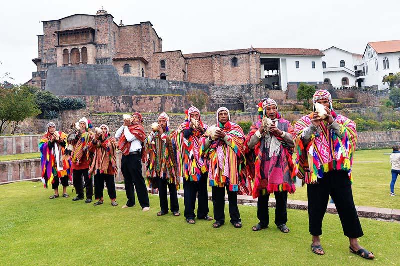 Pessoas dando as boas-vindas ao ano novo andino no templo do Koricancha