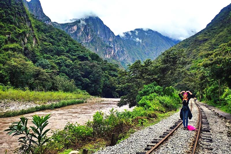 Turista recorriendo la ruta Hidroeléctrica Aguas Caliente