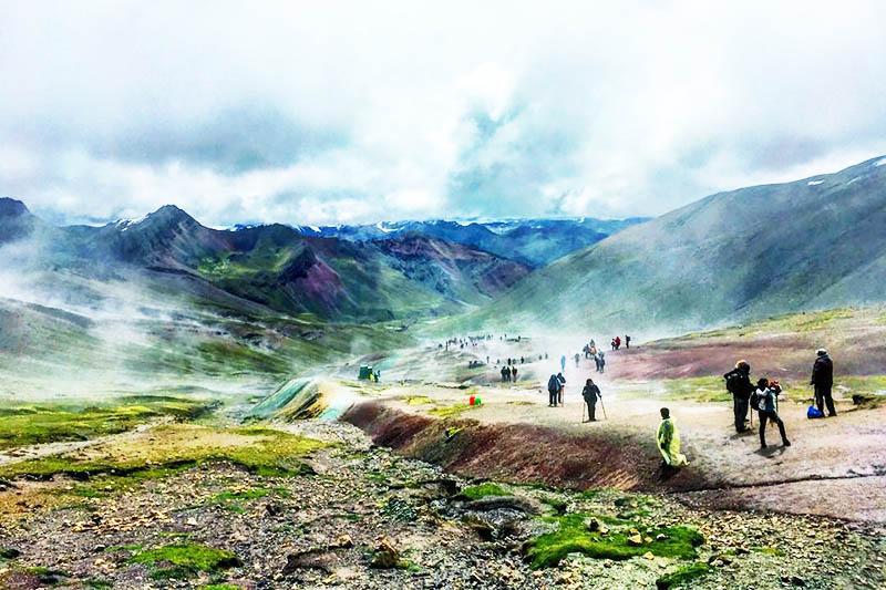 Viajeros subiendo hacia la montaña de 7 colores