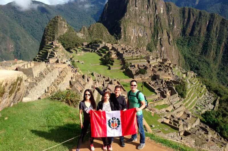 Visitantes peruanos en Machu Picchu