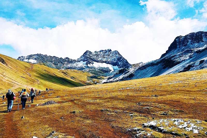 I turisti fanno la passeggiata verso la montagna dei 7 colori