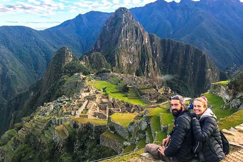 Turistas descansando en Machu Picchu