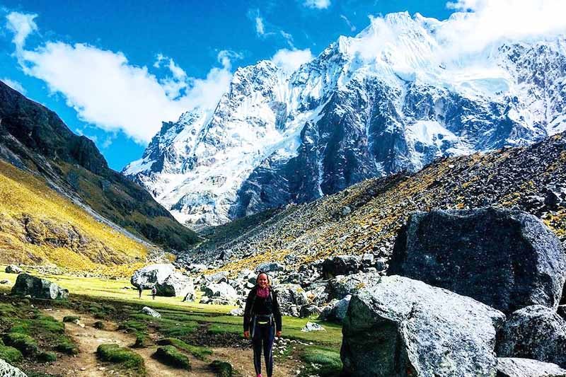 Vista de la montaña Salkantay junto a una turista
