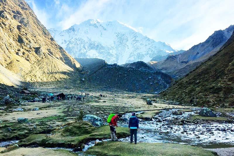 Turistas haciendo el trek Salkantay