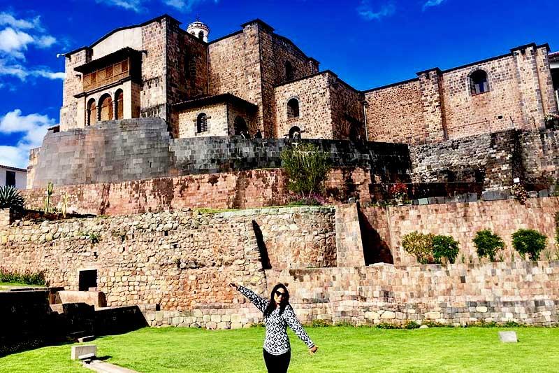Turista junto al templo del Coricancha