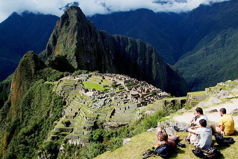 Turistas descansando em Machu Picchu