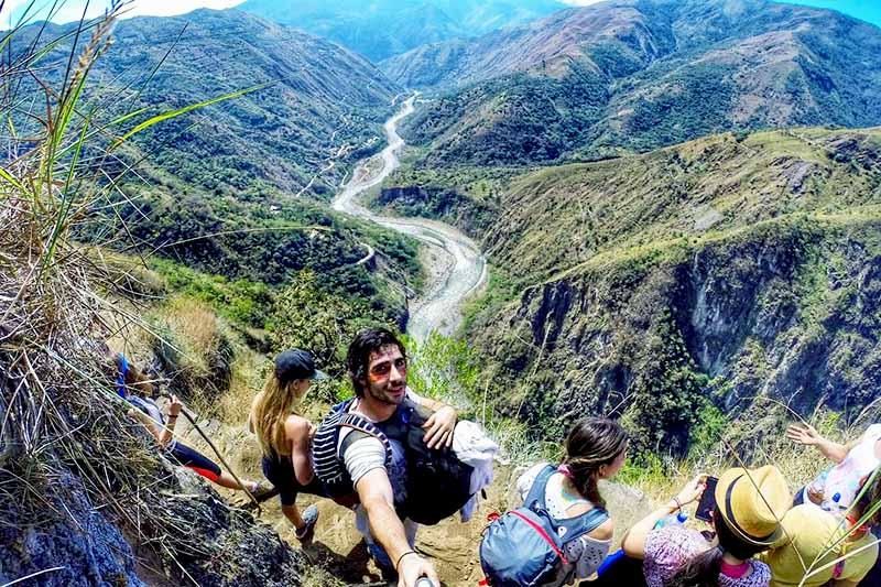 Touristes faisant la jungle inca