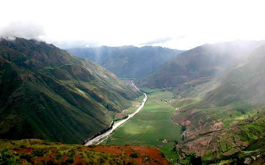 Rio Urubamba atravezando el Valle Sagrado